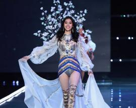 Chinese model Ming Xi falls on Victoria's Secret runway, picks herself up with grace
