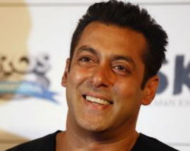 Salman Khan goes unnoticed as he spends some alone time at a Dubai mall
